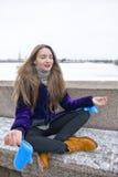Härlig flicka som utomhus gör yoga Royaltyfri Bild