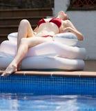 Härlig flicka som vilar i luftmadrass Arkivfoton