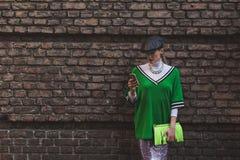 Härlig flicka utanför den Alberta Ferretti modeshowen som bygger fo Arkivfoto