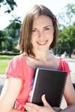 härlig flickaanteckningsbok utomhus royaltyfri fotografi