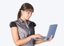 härlig flickabärbar dator Royaltyfri Foto