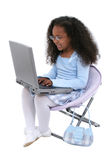 härlig flickabärbar dator som är gammal över år för sex white Royaltyfri Bild