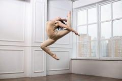 Härlig flickabanhoppning i dansen Flicka med mycket bra sträckning Arkivbilder