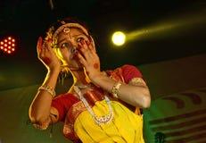 Härlig flickadansare av den indiska klassiska dansen Arkivfoton