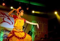 Härlig flickadansare av den indiska klassiska dansen Arkivbild