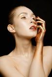 Härlig flickaframsida med guld- smink arkivbild