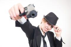 Härlig flickagangster som rymmer ett vapen klassiskt royaltyfri foto