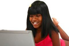 härlig flickaindierbärbar dator Royaltyfri Foto