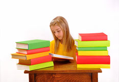 Härlig flickaläsning som en boka som by omges, bokar Royaltyfri Fotografi