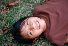 härlig flickalatinamerikan utanför royaltyfri bild