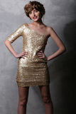 Härlig flickamodell för stående i en lyxig guld- klänning Arkivfoton