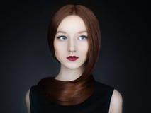 Härlig flickamodell med långt sunt rött hår Arkivbilder