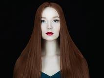 Härlig flickamodell med långt sunt rött hår Arkivfoto