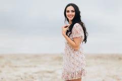Härlig flickamodell som poserar på stranden Arkivbild