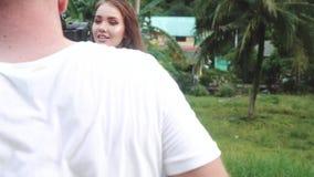 Härlig flickamodell som utomhus poserar för videographeren arkivfilmer