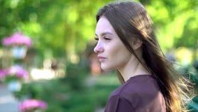 härlig flickapark stock video