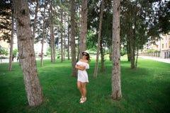 härlig flickapark Grönt gräs och soligt väder Royaltyfria Foton