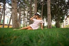 härlig flickapark Grönt gräs och soligt väder Fotografering för Bildbyråer