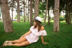 härlig flickapark Grönt gräs och soligt väder Royaltyfri Fotografi