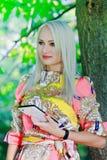härlig flickaPCtablet Royaltyfria Bilder