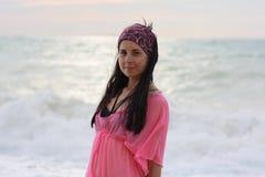 härlig flickasjösida Royaltyfri Foto
