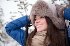 Härlig flickaskidåkning i träna Royaltyfri Foto