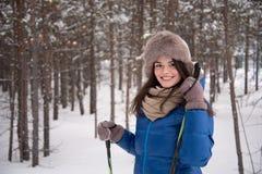 Härlig flickaskidåkning i träna Royaltyfria Bilder