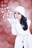 Härlig flickaslagkyss på röd hjärtabakgrund fotografering för bildbyråer