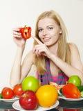 härlig flickaståendegrönsak Royaltyfri Fotografi