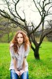 härlig flickaståenderedhead Royaltyfri Fotografi