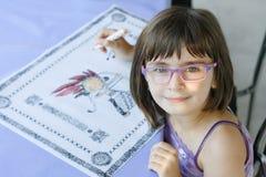 Härlig flickateckning som ser kameran Arkivfoto