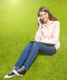 härlig flickatelefon Fotografering för Bildbyråer