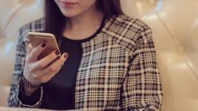 härlig flickatelefon Kvinna som använder app på smartphonen i kafé Texting på mobil ringer stock video