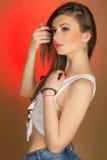 Härlig flickatonåring i grov bomullstvillkortslutningar och skjorta Arkivfoton