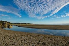 Härlig flod i sand med molnreflexion Royaltyfria Foton