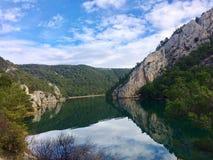 Härlig flod Krka, i destination för nationalpark Krka, Kroatien-, lopp- och turism arkivbilder