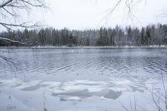 Härlig flod Kymijoki i vinter Kouvola Finland royaltyfri foto