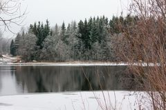 Härlig flod Kymijoki i vinter Kouvola Finland royaltyfri bild