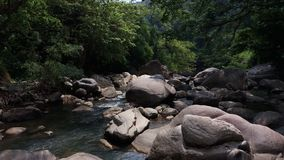 Härlig flod med många roks och stenar Royaltyfri Bild