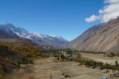 Härlig flod och berg i den Phandar dalen, Pakistan Arkivfoto