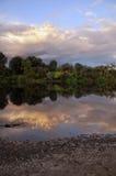 Härlig flod och himmel i aftonen Arkivfoto