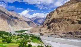 Härlig flod på den Turtuk byn, Diskit, Jammu and Kashmir, in royaltyfri foto
