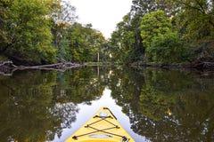 Härlig flodreflexion, medan kayaking arkivfoto