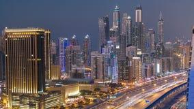 Härlig flyg- dag för bästa sikt till natttimelapse av den Dubai marina och JLT i Dubai, UAE lager videofilmer