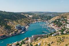 Härlig flyg- sikt av den Black Sea kusten och staden Balaklava i klar solig sommardag Balaklava fjärd, Crimea arkivbild