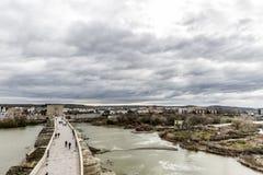 Härlig flyg- sikt av den flodGuadalquivir floden och den romerska bron av Cordoba med staden i bakgrunden royaltyfri fotografi
