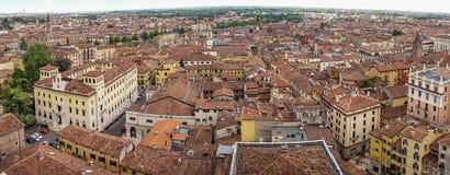 Härlig flyg- sikt av staden Verona med röda tak, Italien Arkivfoto