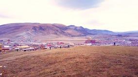 Härlig flyg- sikt av tibetana Yarchen Gar Monastery i Kham stock video