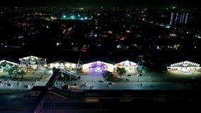 Härlig flyg- sikt av trafik på natten på Nazimabad stock video