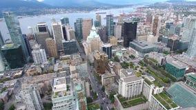 Härlig flyg- sikt för surr 4k på Vancouver modern arkitekturskyskrapa vid för cityscapeseascape för flod i stadens centrum horiso stock video